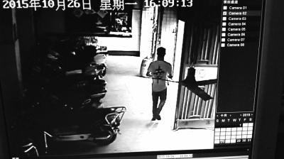 任某案发后离开永旺大厦(视频截图)