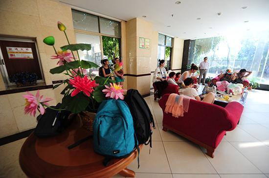 10月28日,游客在酒店大堂等待导游的出现。三亚新闻网记者沙晓峰摄