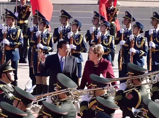 国务院总理李克强29日上午在人民大会堂东门外广场举行仪式,欢迎来华进行正式访问的德国总理默克尔。