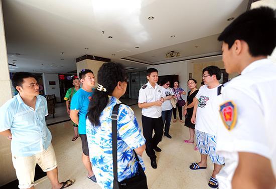 10月28日,三亚市旅游质监部门介入调查。三亚新闻网记者沙晓峰摄