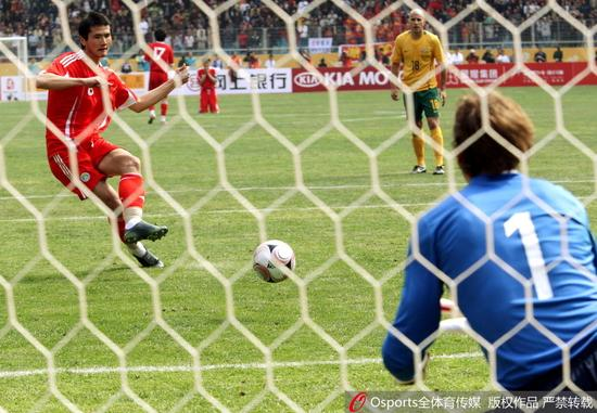 2008年国足世预赛对阵澳大利亚,邵佳一最后时刻罚失点球的瞬间
