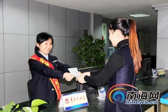 市民无需再排队到省公安厅出入境取证。(通讯员 田和新 摄)