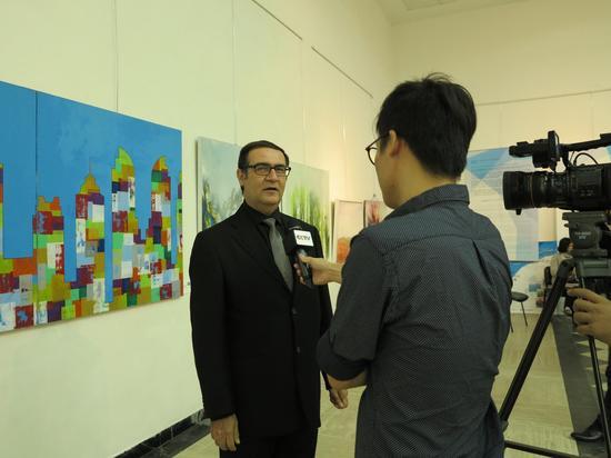 黎巴嫩艺术家哈古普接受新华社驻黎巴嫩记者采访