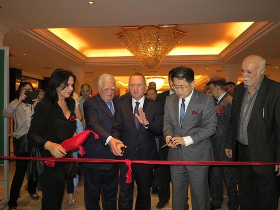 黎巴嫩文化部长罗尼·阿拉伊吉、中国驻黎巴嫩大使姜江、阿拉伯农工商会主席,法兰萨银行董事长阿德南·卡萨共同为画展开幕式剪彩