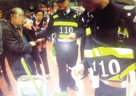 民警在现场为老人解围 沙区警方供图
