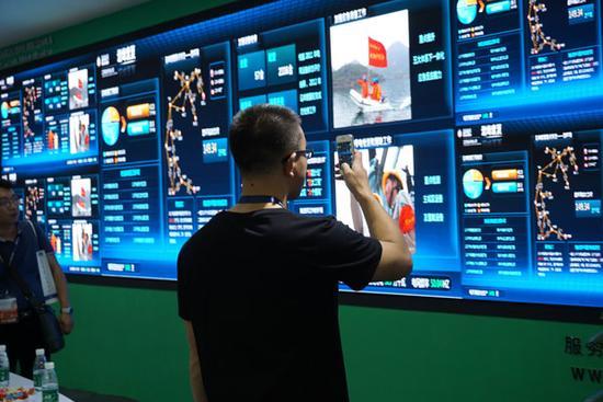万众瞩目的2015年中国国际公共安全博览会(简称安博会)已于10月29日正式开幕,为期四天的安防行业盛会由此拉开帷幕。安博会是一场安防行业的盛会,同时也是一个向世人展示现代安防设施的大舞台。   LED显示屏作为安防监控显示领域的重头兵和热门产品,直接影响着安防行业方向。在安防领域,小间距LED显示屏最大的优势在于其完全无缝以及显示色彩的自然真实。   高清LED显示屏领创者深圳市齐普光电子股份有限公司,将小间距显示屏直接提升到高清显示,比众多小间距厂家产品更具优势。本次展会,齐普光电携高清LED小间