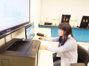 张艳红在数据监测平台前工作