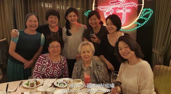 大小S为曾外祖母庆祝95岁生日