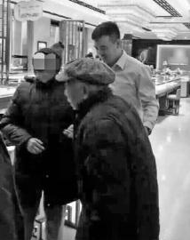 两位老人在商场