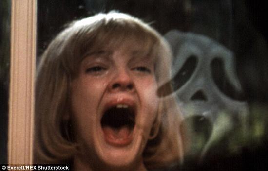 随着万圣节即将来临,你也许会待在舒适的家中,多看上几部恐怖电影。 但请你想象一下,如果电影中的血腥场景发生在了你的身上,你会有什么感受? 科学家近日在一则视频中进行了解释,在你即将被谋杀之前,你大脑中的化学物质会发生怎样的变化。图为1996年电影《惊声尖叫》(Screams)中的场景。