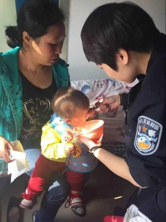 民警照顾被遗弃的婴儿