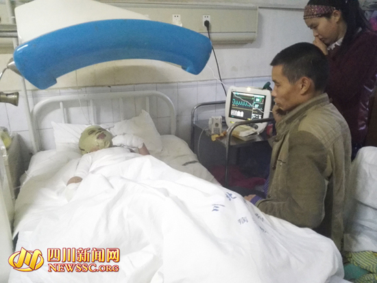 古女士和丈夫照看躺在病床上的儿子杨祥震