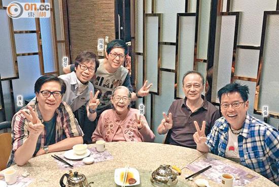 谭咏麟、陈友、彭健新与叶智强昨天与谭咏麟妈妈喝茶