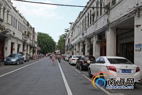 新华北路沿街商铺门前电动车停放有序。南国都市报记者王天宇摄