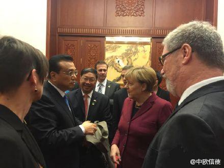 李克强与默克尔交谈 图片来自@中欧信使
