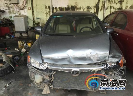 被抢车辆撞毁严重。南海网记者 姜飞 翻拍