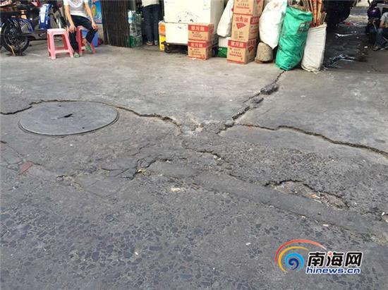 博爱南横路的卫生死角和路面坑洼。南海网记者周静泊 摄