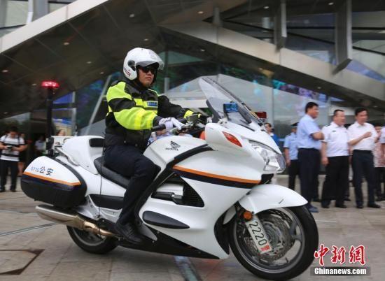 10月10日,海南三亚,中国国内首支旅游警察队伍——三亚市公安局旅游警察支队在三亚市民游客中心正式挂牌成立。图为三亚旅游警察。 中新社记者 尹海明 摄