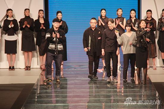 三位韩国设计师在发布会结尾在t台上放飞纸飞机