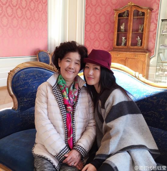 杨钰莹和妈妈合影
