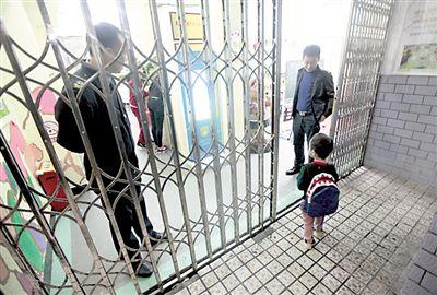 大黑狗被击毙后,小朋友进入幼儿园大门,恢复上课