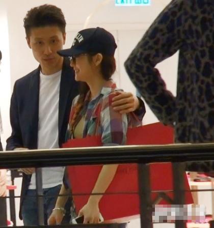 李悦彤(右)与已是人夫的男子逛街,互动亲密