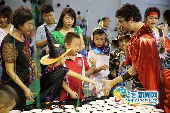 三亚300名中外师生亲手制作道具,共度万圣节。三亚新闻网记者邓松摄