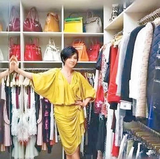 刘嘉玲1.2亿豪宅内的衣帽间,放满各大品牌的服饰及手提包。