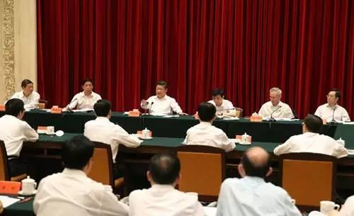 图为:2015年7月17日,中共中央总书记、国家主席、中央军委主席习近平在长春召开部分省区党委主要负责同志座谈会。
