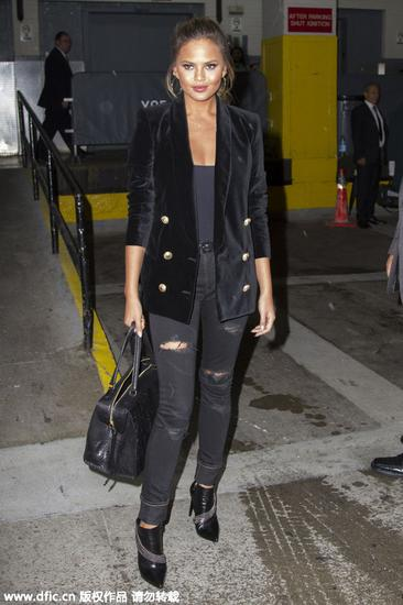 Chrissy Teigen穿黑色天鹅绒外套街拍