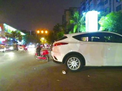 发生车祸的白色轿车和电动车