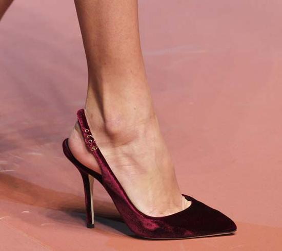 2015秋冬Dolce&Gabbana的秀场的天鹅绒高跟鞋
