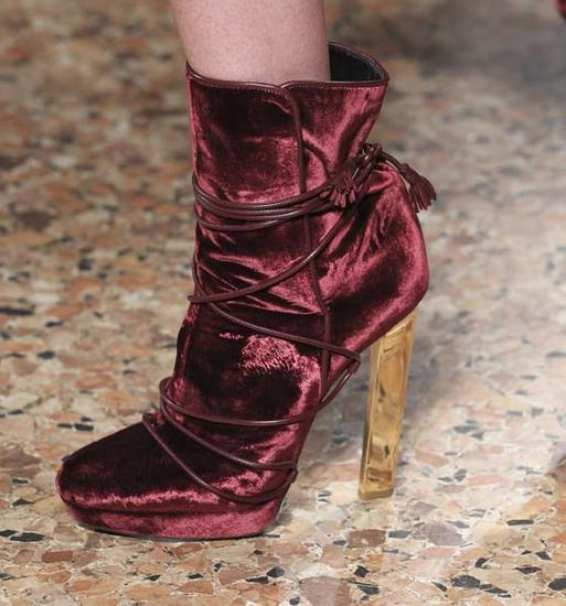 2015秋冬Emilio Pucci的秀场上的枣红色高靴