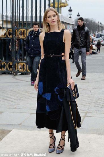 俄罗斯名媛Elena Perminova穿着天鹅绒连衣裙去看秀