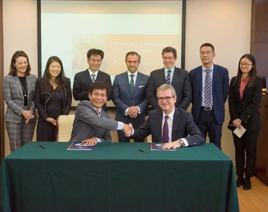 中国青基会副理事长、秘书长涂猛与INDITEX主席、首席执行官帕布罗·伊斯拉先生签署捐赠协议