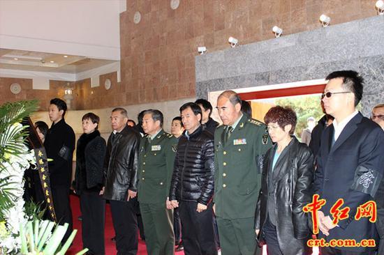 全体亲属在八宝山革命公墓的瞻仰厅向朱德元帅康克清同志默哀致敬。(中红网盛格文摄)