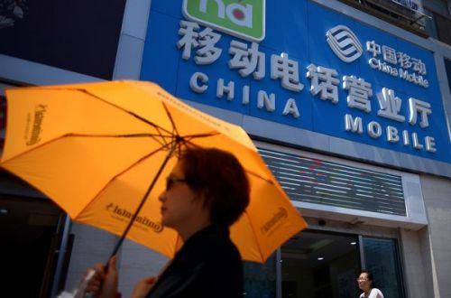 路人走过中国移动营业厅。