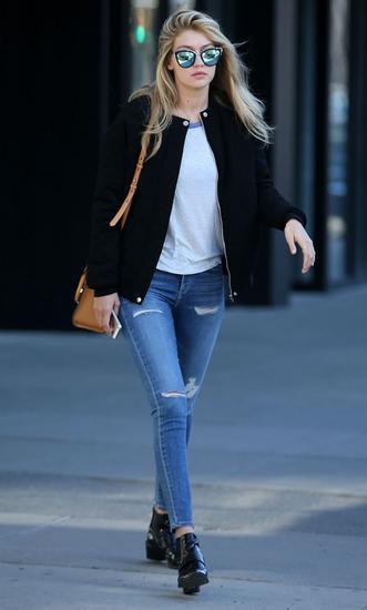 Gigi破洞牛仔裤搭配短靴