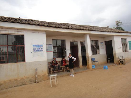 卫生室用房紧张,村民们只能在室外进行输液治疗