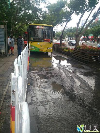 ▲明珠广场公交车站前马路上积满污水