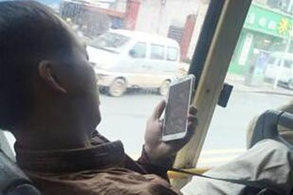 猥琐男公交车上偷拍女乘客 被网友曝光