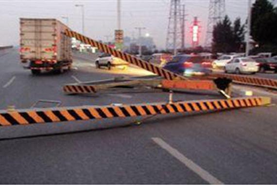 货车违规上高架撞塌限高杆 司机险被砸死