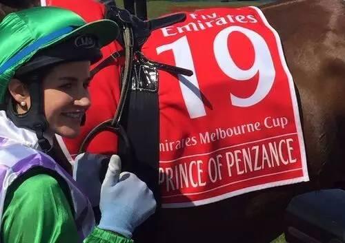 """骑师Michelle Payne(佩妮)策骑""""彭城贵冑""""(Prince of Penzance)夺头马"""