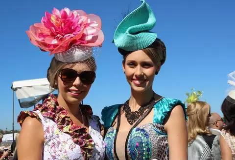 赛马会上女士们戴的各式帽子争奇斗艳。 ABC