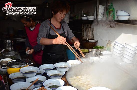 店家在煮饺子面