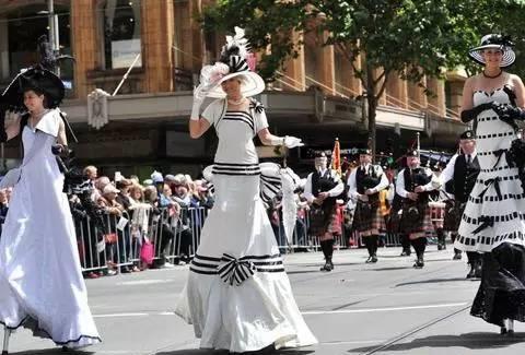 墨尔本杯前的节日大游行上踩着高跷模仿《窈窕淑女》奥黛丽-赫本的女士们。 ABC