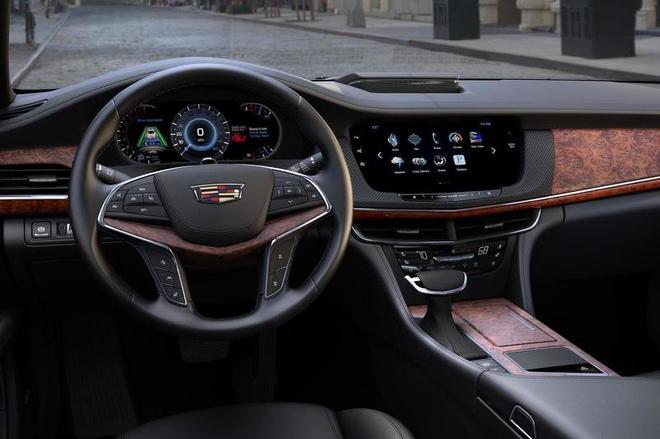 凯迪拉克CT6于今年4月在纽约国际车展全球首发,新车将于明年1月在底特律Detroit-Hamtramck工厂投产,并于3月正式发售。起初提供三款动力供选择:265 bhp输出2.0升涡轮增压车型售53495美元(约合33.9万元)起,335 bhp输出3.6 升V6四驱车型售55495美元(约合35.2万元)起,而400 bhp输出的3.