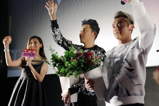 演员郑恺与导演田羽生一行人与现场观众问好