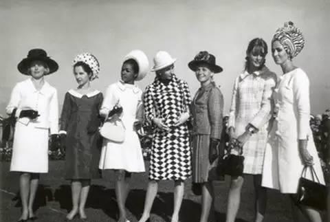 """1965年参加墨尔本杯的英国名模Jenne Shrimpton(右二)不戴帽子、手套还身着迷你裙成为当年的""""时尚丑闻""""。 ABC licensed"""