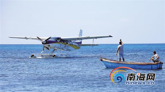 10月29日,在三沙市鸭公岛上,水上飞机徐徐降落在水面上。当天,美亚航空公司的水上飞机在此进行试飞。记者 张杰 摄